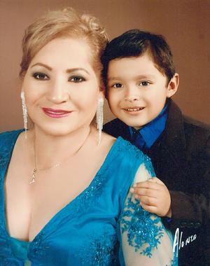01052016 Olga Murillo y su nieto, Uriel Alonso.