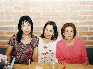 07052016 EN SU RESTAURANTE FAVORITO.  Gaby, Nohemí y Graciela.
