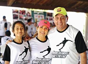 23052016 EN FAMILIA.  Nahid, Nancy y Juan Carlos.