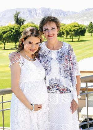 23052016 BABY SHOWER.  Lorena con su mamá, Cecy Murillo.