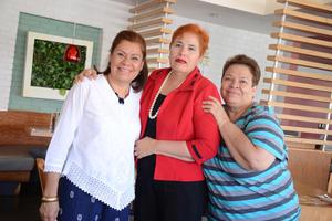 07052016 GRATO ENCUENTRO.  Olga Cecilia de Espinoza, Esperanza de Vargas y Carmela Anguiano, amigas de secundaria que se reunieron después de 40 años.