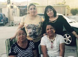 10052016 FESTEJAN SU DíA.  Aracely, Nohemí y Sandra Pérez con Eloísa Álvarez.