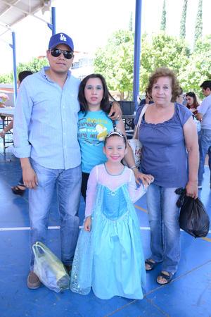 14052016 EN FAMILIA.  Salvador, Samantha, Natalia y Martha.
