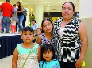 18052016 EN EL MALL.  Ximena, Joselyn, Ana y Karina.