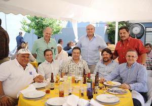 29052016 EN UN CUMPLEAñOS.  Mundo, Javier, Chuy, Miguel, Chuy, Lalo, Jesús y Jaime.
