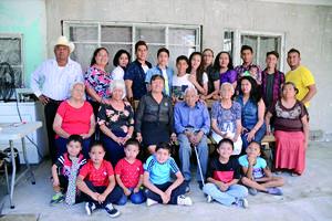 17052016 UN SIGLO DE VIDA.  Agustín Ramos H. con su esposa Micaela, hijos, nietos y bisnietos.