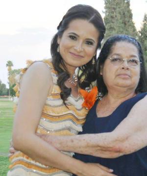 02052016 POR CASARSE.  Lupita García acompañada de su mamá, Yolanda Gallegos, en su despedida de soltera. Lupita se casará el próximo 21 de mayo.