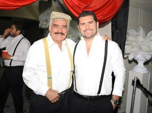 24052016 EN RECIENTE FESTEJO.  Felipe con su hijo, Felipe.