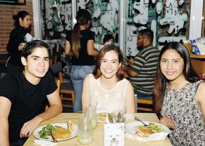 25052016 EN SU RESTAURANTE FAVORITO.  Javier, Paula y Diana.