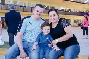 25052016 EN FAMILIA.  Federico, Diego y Miriam.