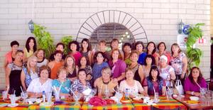 22052016 FESTEJO.  La maestra Maleny Perales con su grupo de Yoga en su celebración por el Día de las Madres.