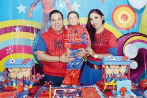 01052016 Muy contento lució el pequeño Gerardo Jibril con sus papás.