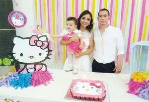 01052016 Ing. Rafael Guevara Mendoza con su esposa, María de los Ángeles Lozano García, y su hija, Allison.