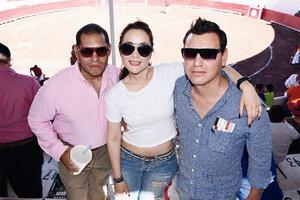 09052016 EN LOS TOROS.  Luis, Mirna y Javier.
