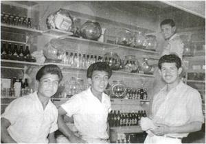 01052016 En el interior del local en 1954, los empleados Emilio  López Moreno, Enríque Sosa Hernández,  Alfredo Morillón y Roberto  Cantú. Trabajadores de la Nevería Chepo.