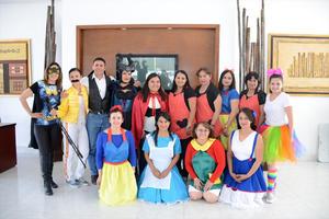 29052016 COMO SUS PERSONAJES FAVORITOS.  Personal del Instituto Británico de Torreón en pasado evento infantil.