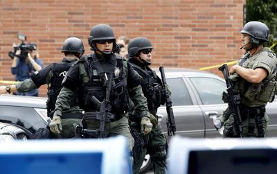Los agentes indicaron que el tirador era una persona masculina que vestía prendas en color negro.