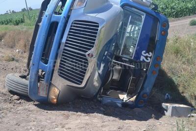 La alta velocidad en la que circulaba provocó que se saliera del camino, y terminara volcado sobre su costado izquierdo.