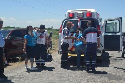Rápidamente pidieron el apoyo de las ambulancias de la Cruz Roja, tanto de Madero como de Torreón, llegando al lugar alrededor de ocho unidades, quienes rescataron a los pasajeros del interior.