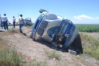 El percance se registró cuando José Eduardo de 22 años de edad, conductor de un camión modelo 2014 de la ruta Torreón-San Pedro, línea Flecha Blanca, transitaba por la vía mencionada, para incorporarse a la autopista, sin embargo metros antes de llegar al ejido Maravilla, accidentalmente cayó en un bache.