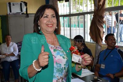 Tranquila y satisfecha con el trabajo que realizó durante los 50 días de campaña electoral, Maria Luisa González Achem se presentó a la casilla 713 de Lerdo, para votar en la elección de gobernador, alcaldes y diputados locales por el Distrito IX.