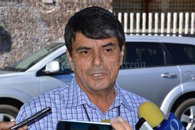 En la escuela primaria Francisco Sarabia de Lerdo, emitió su sufragio el candidato independiente, Ulises Adame de León, quien se dijo sorprendido de ver un incremento considerable en cuanto a participación ciudadana.