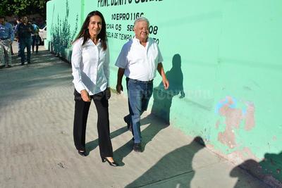 Acompañada de su esposo y el resto de su familia, la candidata a la Presidencia Municipal de Lerdo por el Partido Acción Nacional (PAN), Salomé Elyd Saenz, acudió a la casilla básica 703 de la escuela primaria Benito Juárez.