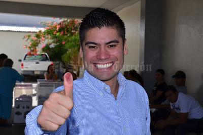 En la casilla 0538 de la colonia Las Rosas, emitió su voto el candidato a la presidencia municipal de Gómez Palacio por la coalición PAN-PRD, Francisco León Ezquerra.