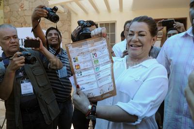 Mostrando su boleta electoral marcada con una cruz por la coalición PRI-PVEM-PD-PANAL, fue como Leticia Herrera, candidata a la alcaldía de Gómez Palacio, emtió su voto en la escuela de enfermería Benito Juárez de la colonia Las Rosas. (EL SIO