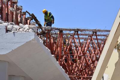 Explica Berlanga que tras haber retirado en menos de un mes, las losas de concreto en el puente superior con un peso de 350 toneladas de escombro, el siguiente paso es liberar el espacio en la parte superior e inferior del lugar.