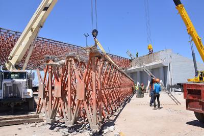 Son vigas de 35 metros de largo que se empezaron a desmontar con equipo especializado.
