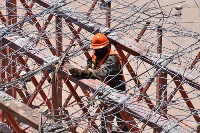 Trabajadores han avanzado en la demolición del puente.
