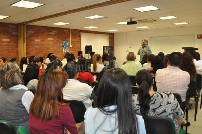 Posteriormente, el profesor universitario y escritor especializado en política charló con jóvenes universitarios.