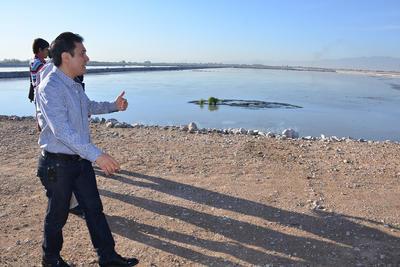 En recorrido por las lagunas de oxidación, Herrera mostró que el retiro de los sedimentos debió haberse hecho por lo menos cada dos años.