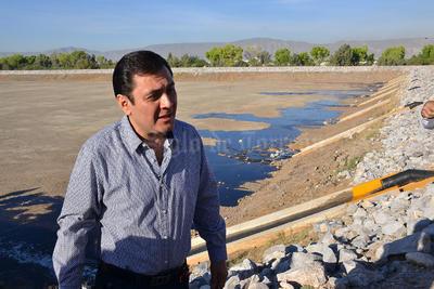 Xavier Herrera Arroyo, gerente general del Simas, durante el recorrido.