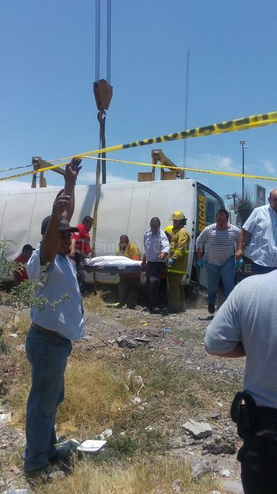 Autoridades realizaron las maniobras necesarias para rescatar el cuerpo debajo del camión.