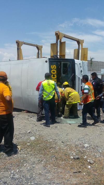 El camión volcó sobre su costado derecho, aplastando a una mujer que perdió la vida de manera inmediata.