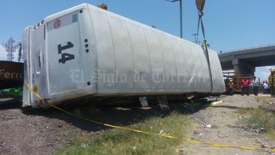 De acuerdo con los primeros reportes el accidente ocurrió a las 12:45 horas, cuando el camión trataba de cruzar las vías y repentinamente la máquina lo impactó cuando circulaba de reversa.