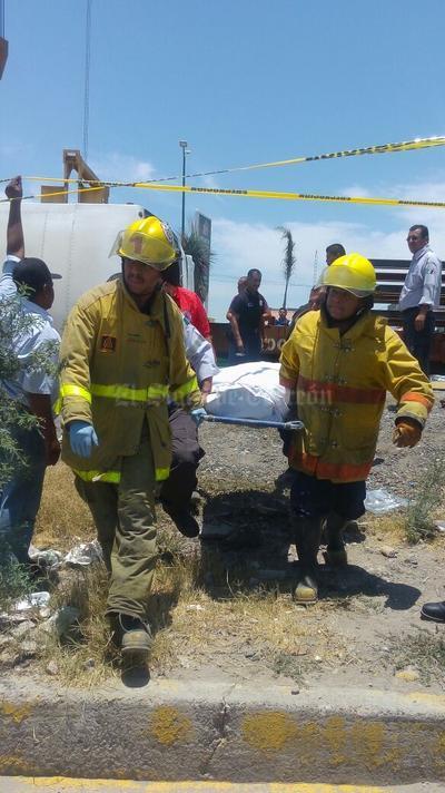 Una mujer falleció al ser aplastada por el autobús.