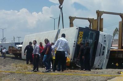 Tren impacta a camión de pasajeros de la línea Periféricos en la colonia Miguel de la Madrid a la altura del puente Jabonoso de Gómez Palacio.