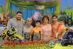 El cumpleañero con sus papás, Ricardo y Cecilia, su hermanito, Jorge Emilio, y sus abuelitas, Paty y Yolanda