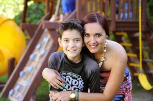 Con su mamá, Jaqueline Treviño