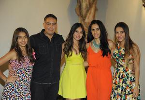 Andrea con sus papás, Manuel y Martha, y sus hermanas, Sofi y Mariana