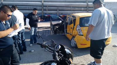 Los pasajeros del taxi resultaron lesionados.