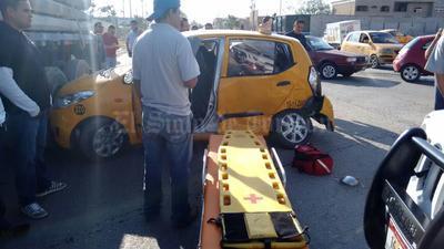 """De acuerdo con los primeros peritajes, el accidente ocurrió cuando el taxista circulaba sobre la carretera Santa Fe y repentinamente intentó dar vuelta en """"U"""", provocando que el operador de la camioneta repartidora lo impactara proyectándolo contra el tráiler."""