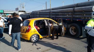 En el accidente participaron un taxi en el que viajaban los seis lesionados, incluyendo el chofer, una camioneta repartidora de botanas, y un tráiler con doble remolque cargado con postes de concreto.