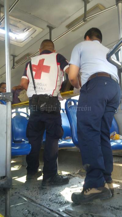 Los pasajeros fueron auxiliados por paramédicos de la Cruz Roja y socorristas de una empresa privada.