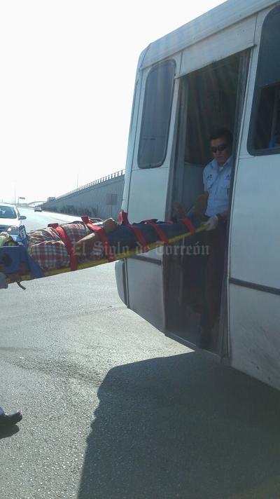 En el autobús se transportaban seis pasajeros, en su mayoría de la tercera edad, los cuales terminaron lesionados tras el impacto.