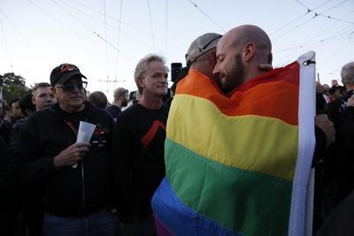 Una pareja se abraza durante una vigilia en San Francisco.