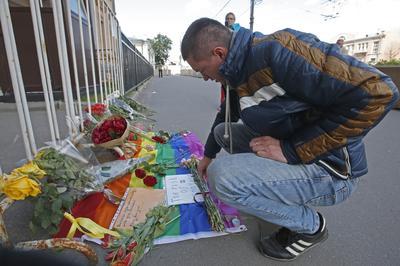Un hombre ruso deja flores en memoria de las victimas del ataque en la discoteca gay en Orlando ayer, a las puertas de la Embajada estadounidense en Moscú, Rusia.
